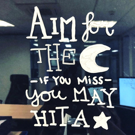 Aim for the moon, if you miss, you may hit a star quote raamtekening