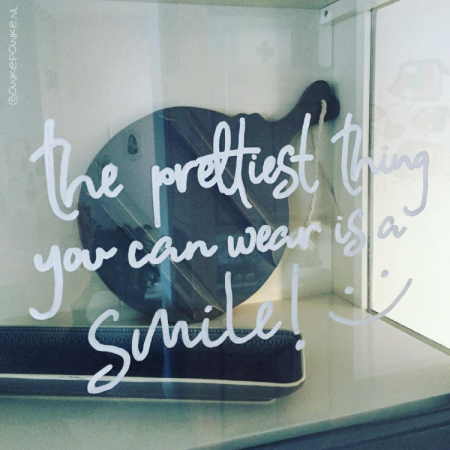 The prettiest thing you can wear is a smile quote freebie raamtekening