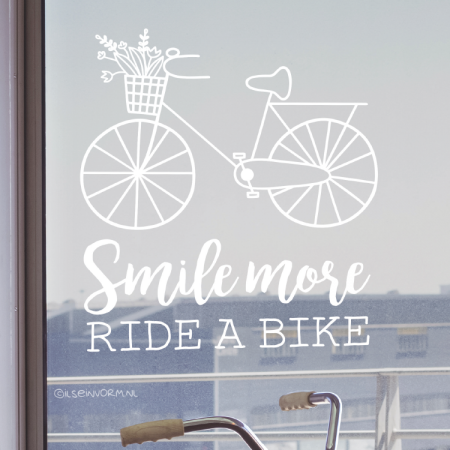 Smile more ride a bike quote raamtekening