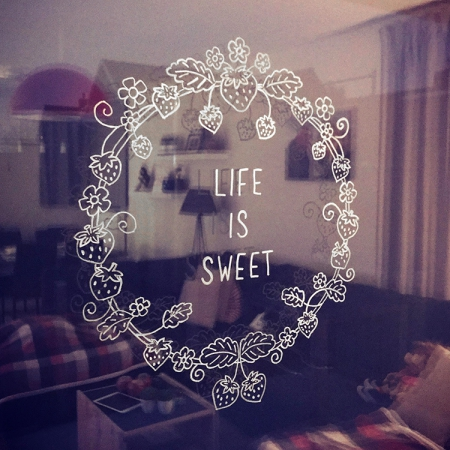 Aardbeienkrans Life is sweet quote raamtekening